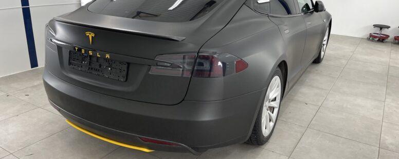 Fornyelse av 2013 Model S med foliering og chrome delete